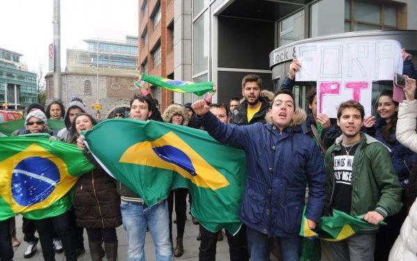 Brasileiros vão ás ruas em Dublin